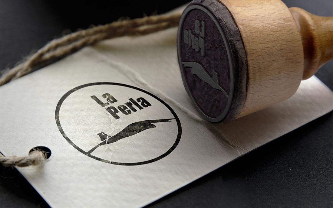 Branding Cueva La Perla: Logotipo aplicado a sello de papeleria