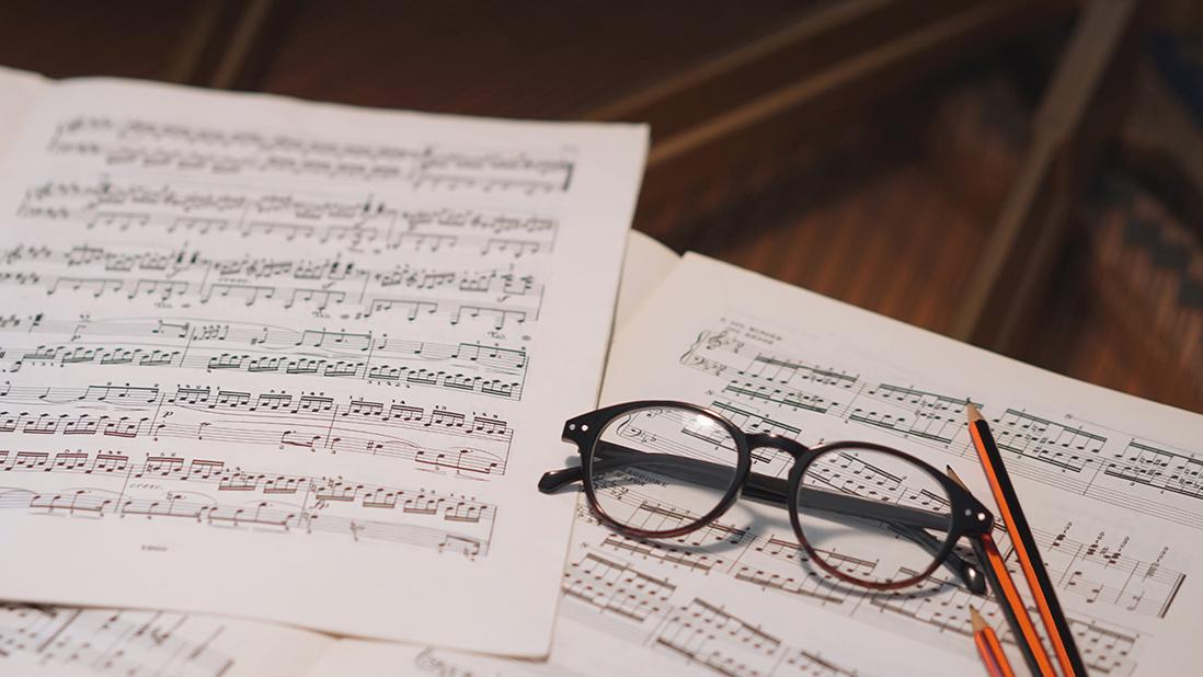 09-2019 Cuando quisimos dejar el ruido para hacer música - partituras musicales con gafas y lápices