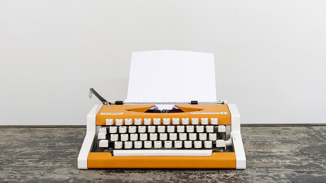 Estrategia de comunicación, Empieza tu página en blanco 2020 - Máquina de escribir naranja sobre mesa vintage